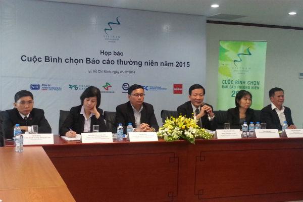TS Nguyễn Anh Tuấn (thứ ba từ phải sang), Tổng Biên tập Báo Đầu tư, đồng Trưởng Ban Tổ chức Cuộc bình chọn trao đổi về Cuộc Bình chọn Báo cáo thường niên 2015