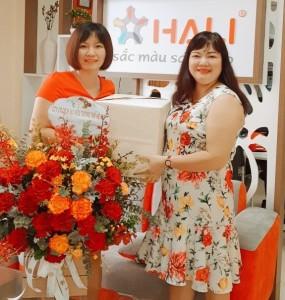 Giám đốc Trần Thị Ly (bên trái) chụp ảnh cùng Giám đốc Công ty Thế Hệ Mới (bên phải)